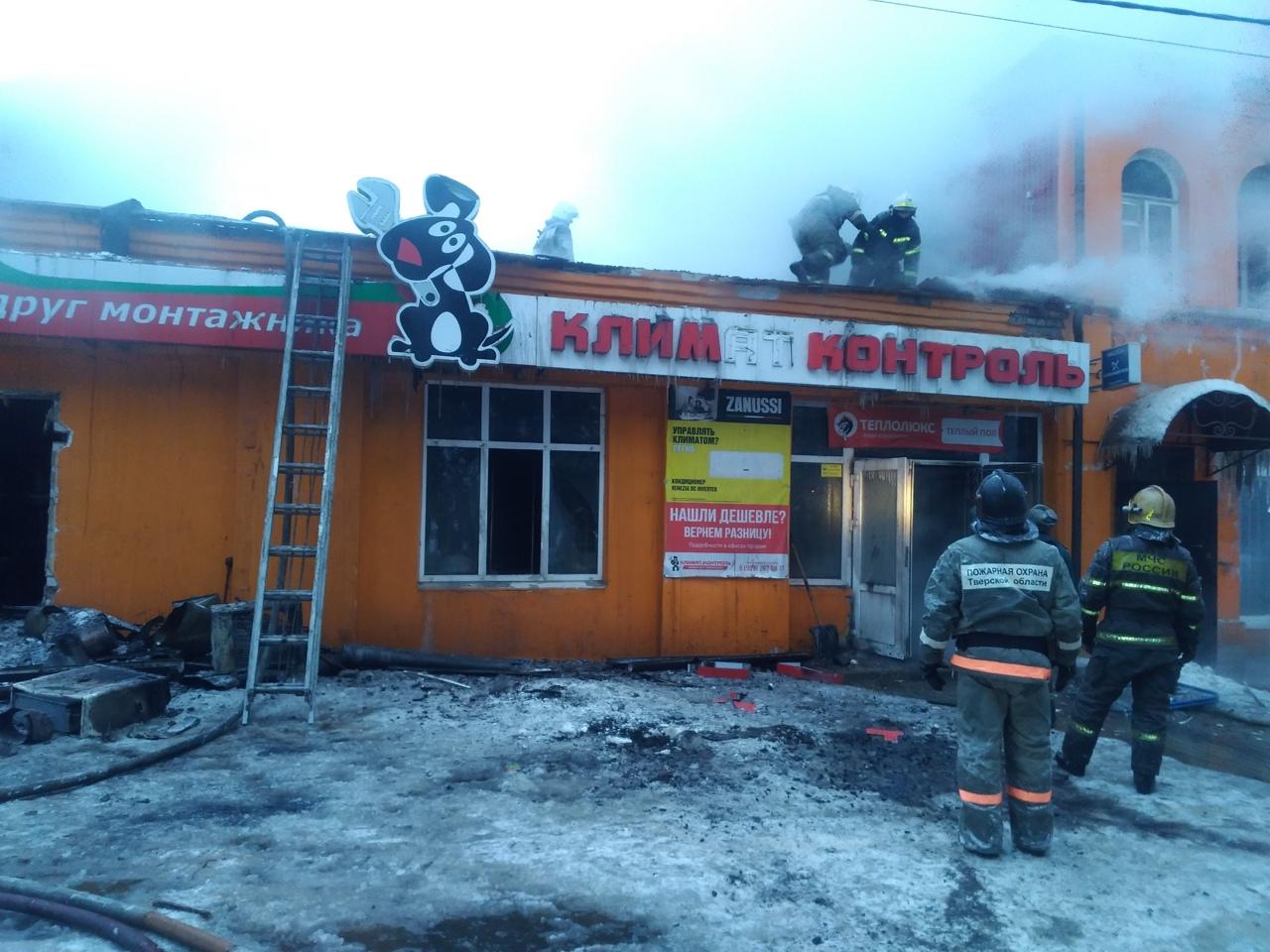 Горевшее в Тверской области здание бывшего пожарного депо тушили пожарные из районов и Подмосковья - новости Афанасий