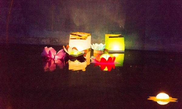 В Твери десятки фонариков спустили на воду в Парке Победы / фото