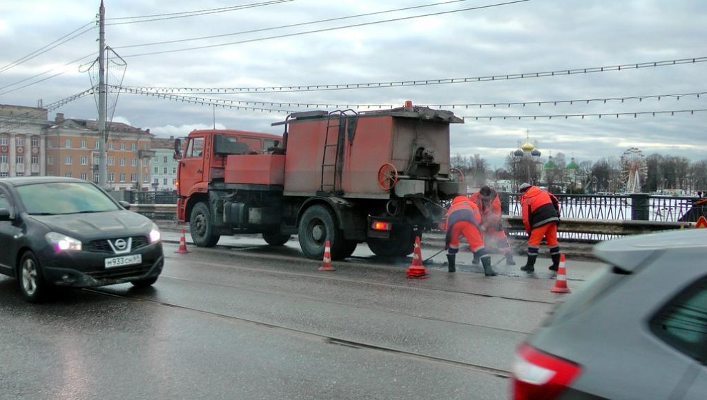 Ямы на дорогах Твери ликвидируют с использованием литого асфальтобетона - новости Афанасий