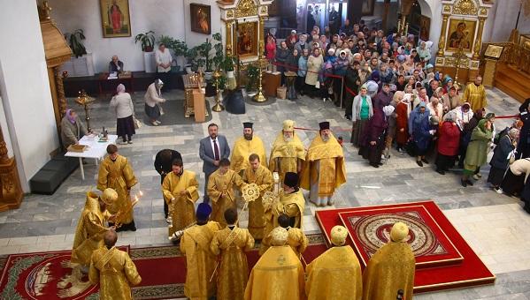 В Твери паломники выстраиваются в очереди, чтобы увидеть ковчег с десницей святителя Спиридона Тримифунтского