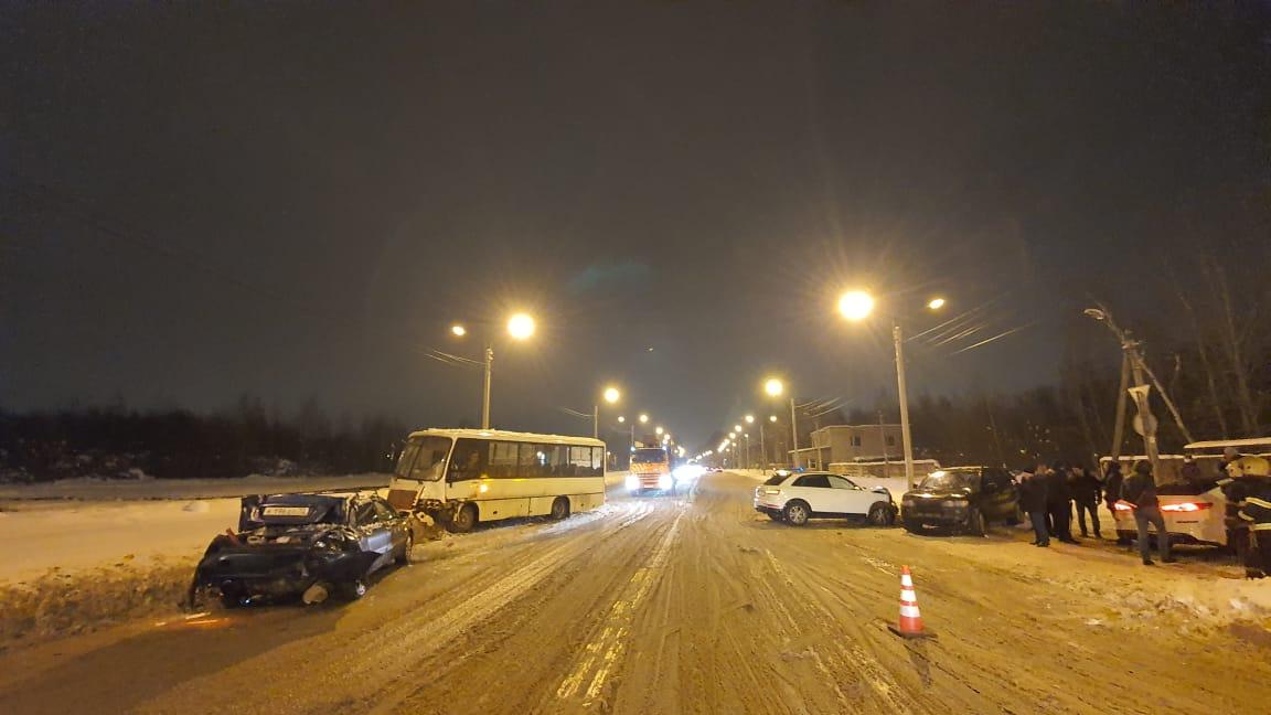 Автобус и три легковушки столкнулись в Твери, есть пострадавший - новости Афанасий