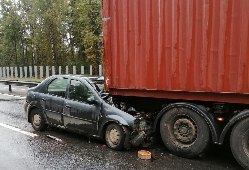 На трассе М10 под Тверью легковушка влетела под грузовик, пострадали два человека