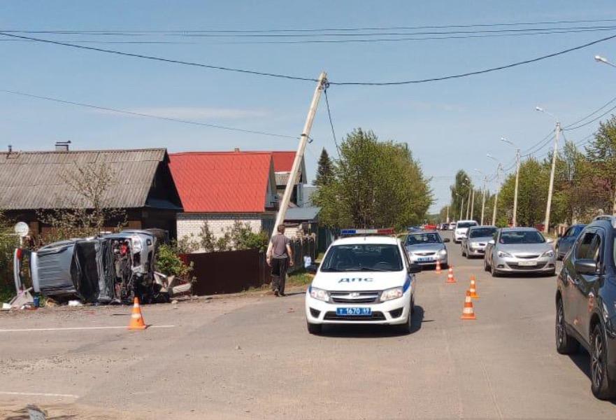 Водитель внедорожника, протаранивший опору ЛЭП, погиб на месте аварии в Тверской области