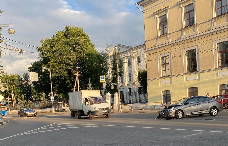 В Твери машина вылетела на тротуар после ДТП - новости Афанасий