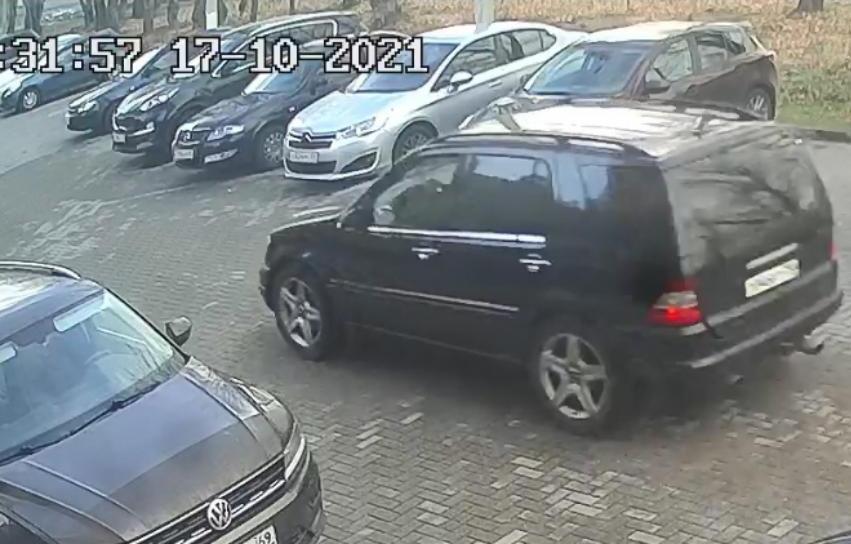 В Твери полиция ищет людей на Mercedes, укравших канализационную решетку - новости Афанасий