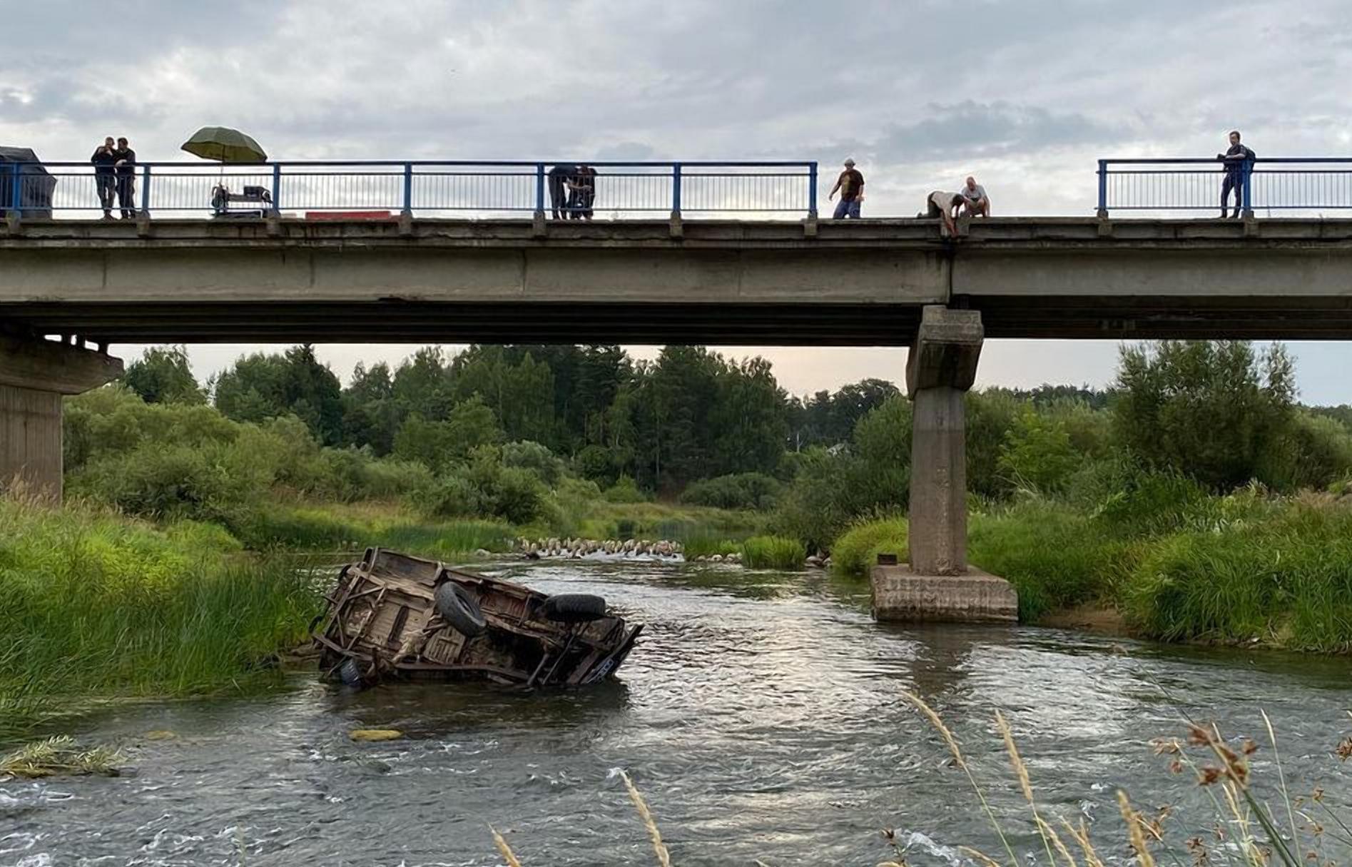 Под Тверью скинули с моста УАЗик / видео - новости Афанасий