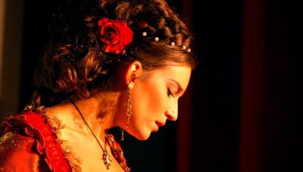 Французская оперная певица Фабьен Конрад подержит в руке камень-талисман и выйдет на тверскую сцену