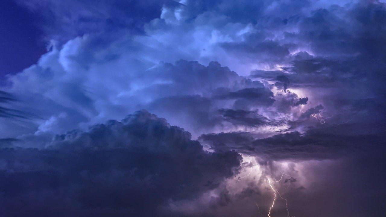 Грозы, ливни и сильный ветер ожидаются в Тверской области в ближайшие часы