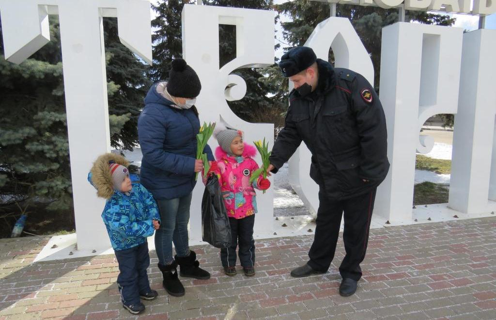 В Твери железнодорожные полицейские поздравили женщин с 8 марта - новости Афанасий
