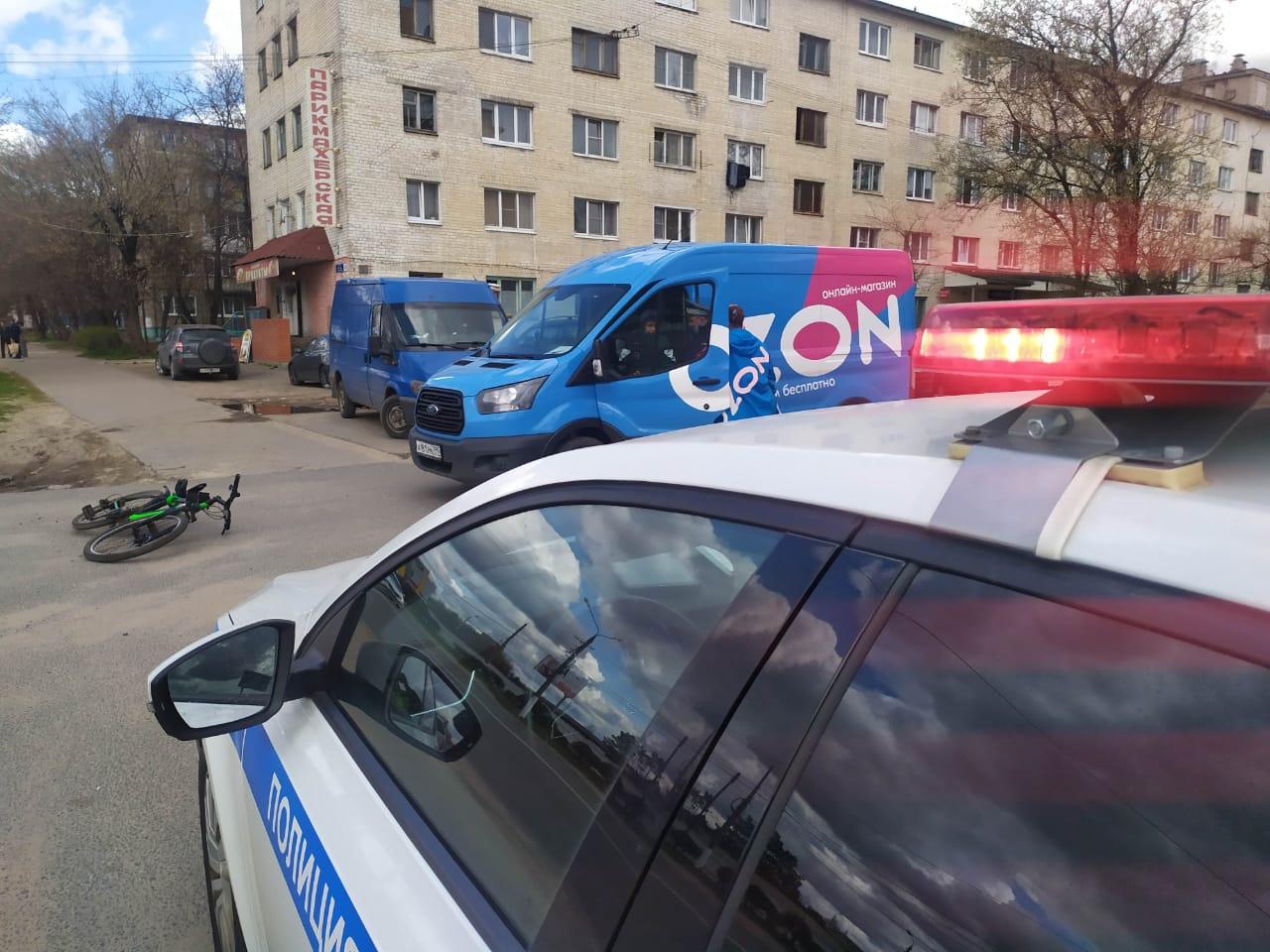 В Твери водитель фургона сбил во дворе дома 12-летнего велосипедиста