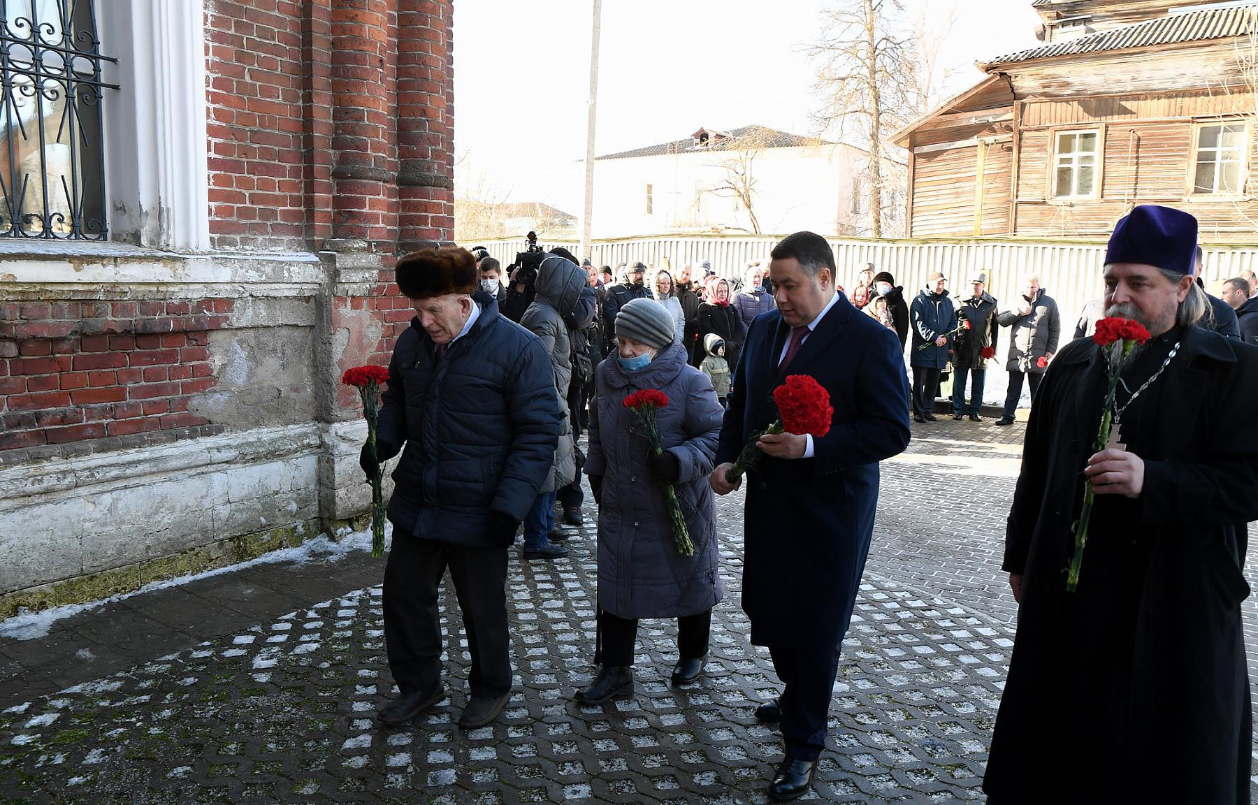 Игорь Руденя возложил цветы к мемориальной доске в Покровском храме в Ржеве