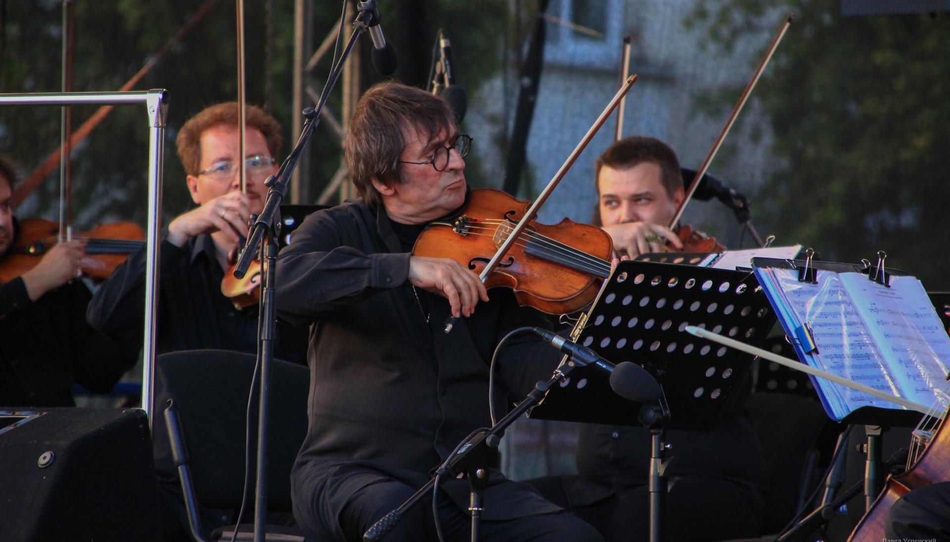 «Вернемся через год»: Юрий Башмет с оркестром выступил под открытым небом в центре Твери