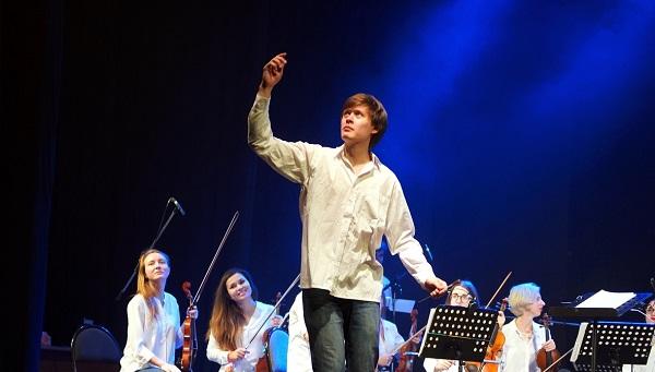 """Рок на кончиках смычков: на сцене ДК """"Пролетарка"""" выступил симфонический рок-оркестр, ещё один на подходе"""