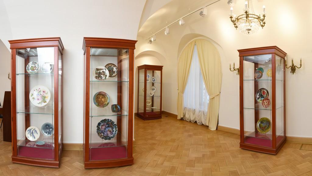 В Тверской картинной галерее открылась выставка фарфора и фаянса конца XIX-XX веков - новости Афанасий