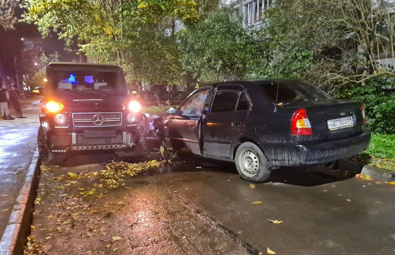 Gelandewagen и Hyundai не поделили дорогу в Твери - новости Афанасий