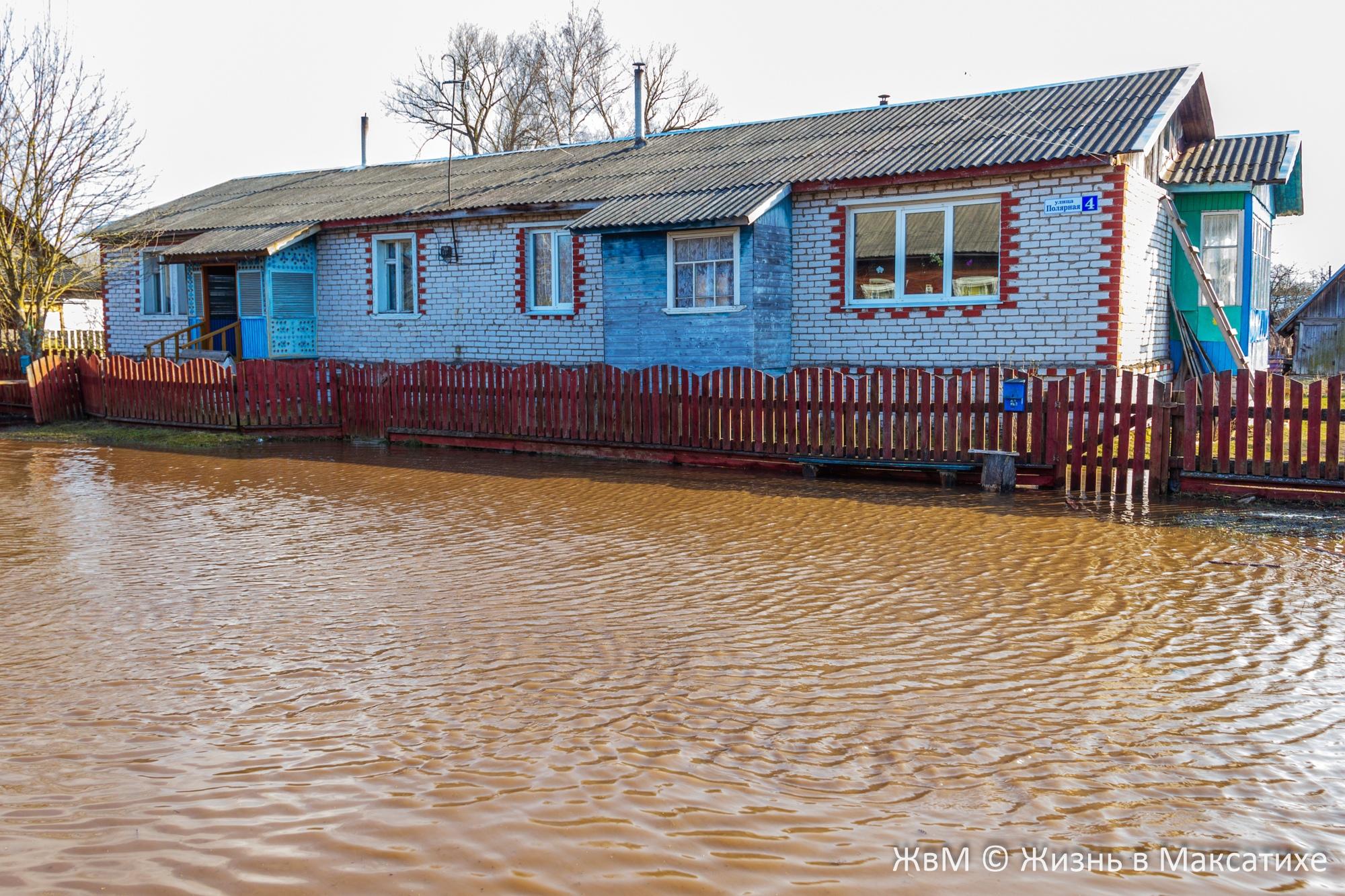 В Максатихе Тверской области вода затапливает улицы и огороды