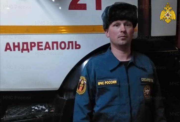 В Тверской области пожарный спас пожилого мужчину из горевшего дома - новости Афанасий
