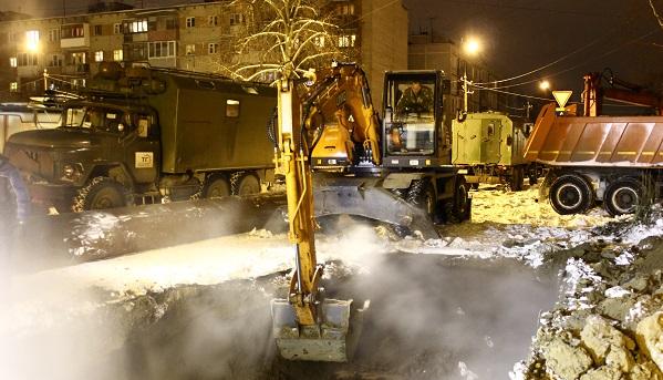 Коммунальные службы продолжают ликвидировать последствия прорыва в Заволжском районе Твери / фоторепортаж