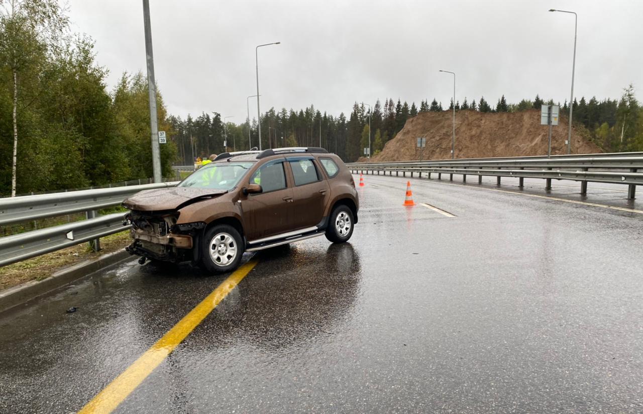 На М-11 в Тверской области легковушка врезалась в ограждение — пострадал пассажир