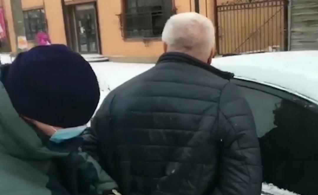 В Тверской области сотрудники ФСБ задержали мужчин, пытавшихся за крупную взятку вернуть изъятые у них «левые» сигареты - новости Афанасий