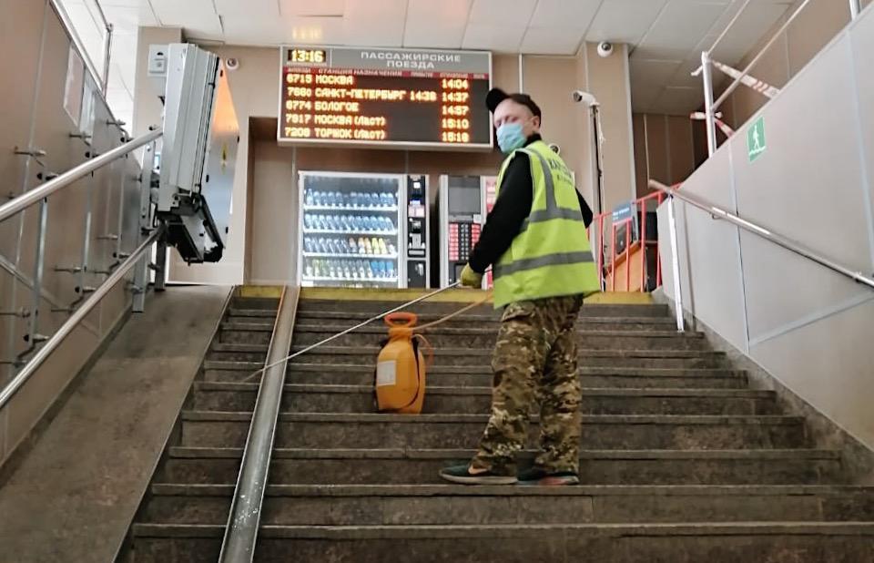 В Твери дезинфицируют железнодорожный вокзал