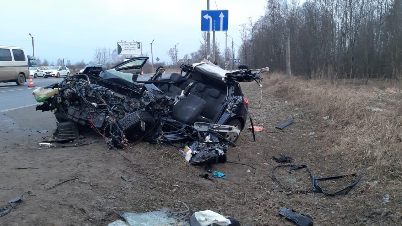В лобовом столкновении легковушки и автобуса на М10 в Тверской области один человек погиб, один получил травмы - новости Афанасий