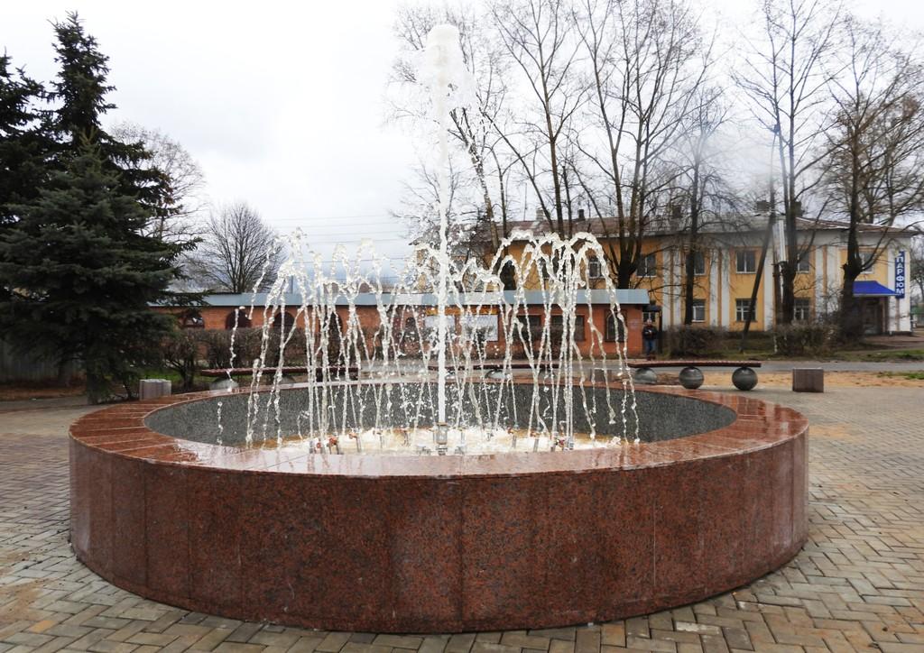 В центре Калязина Тверской области в тестовом режиме запустили фонтан