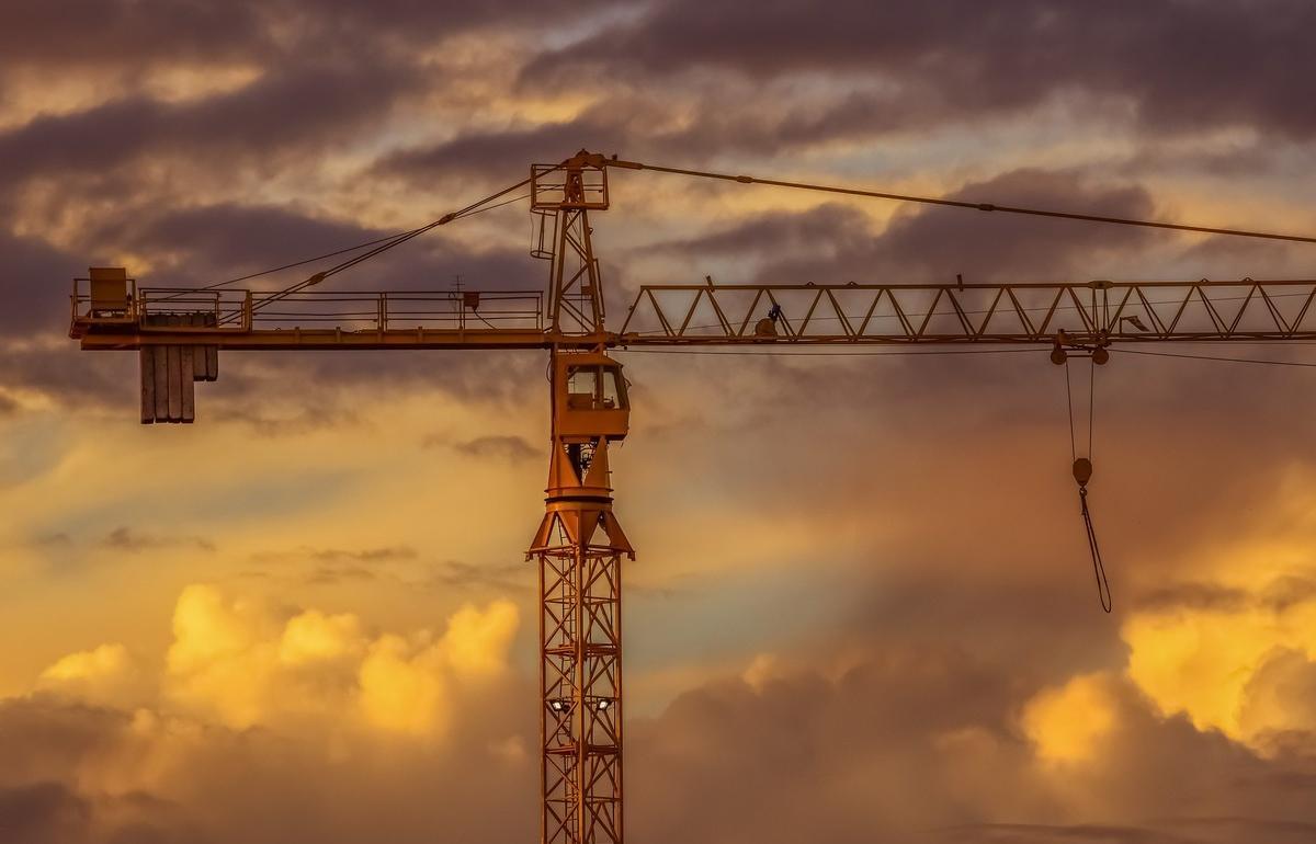 В Твери трое мужчин вывезли со стройки запчасти от башенного крана на 270 тысяч рублей - новости Афанасий