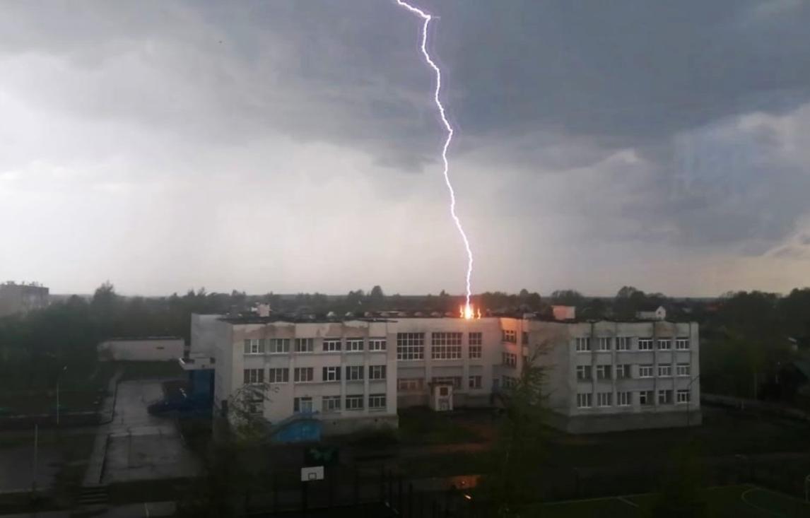 Удар молнии в школу снял на видео житель Тверской области
