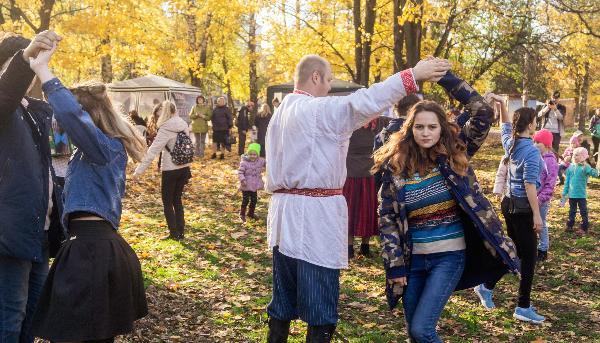 В Парке Победы молодежь танцами и играми отметила Покров