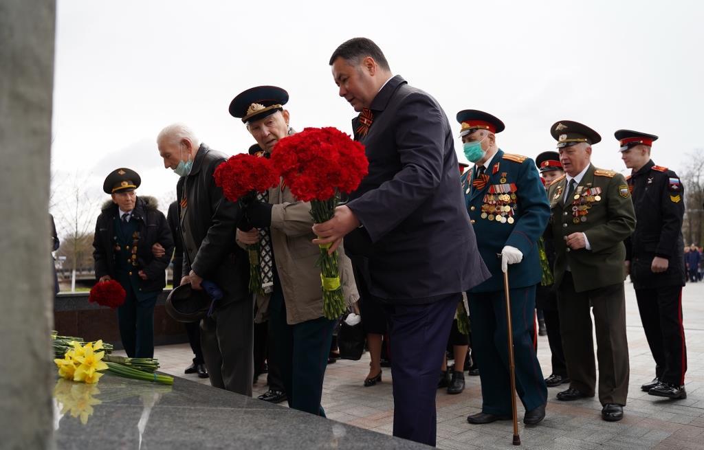 Игорь Руденя возложил цветы к Обелиску Победы и стеле «Город воинской славы»