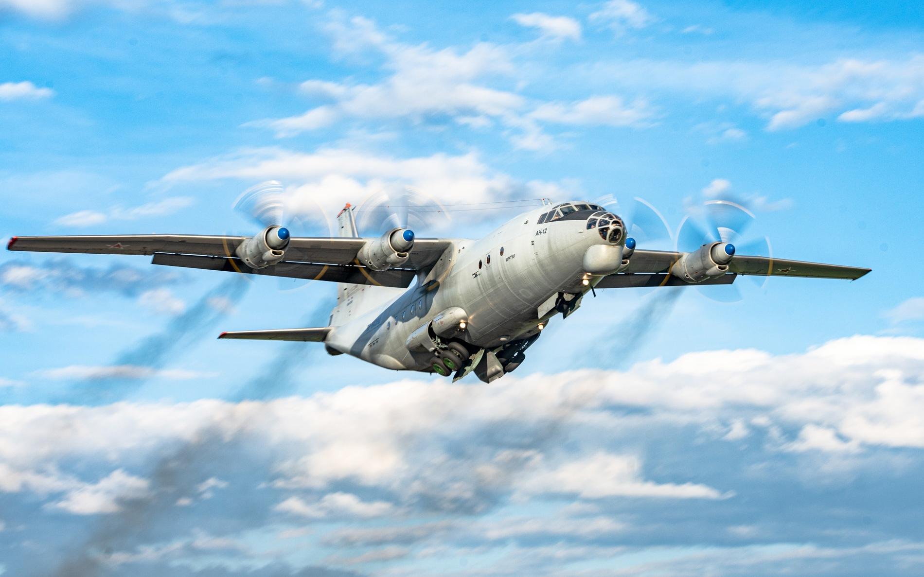 В небе над Тверью экипажи самолетов отработали противозенитный манёвр уклонения
