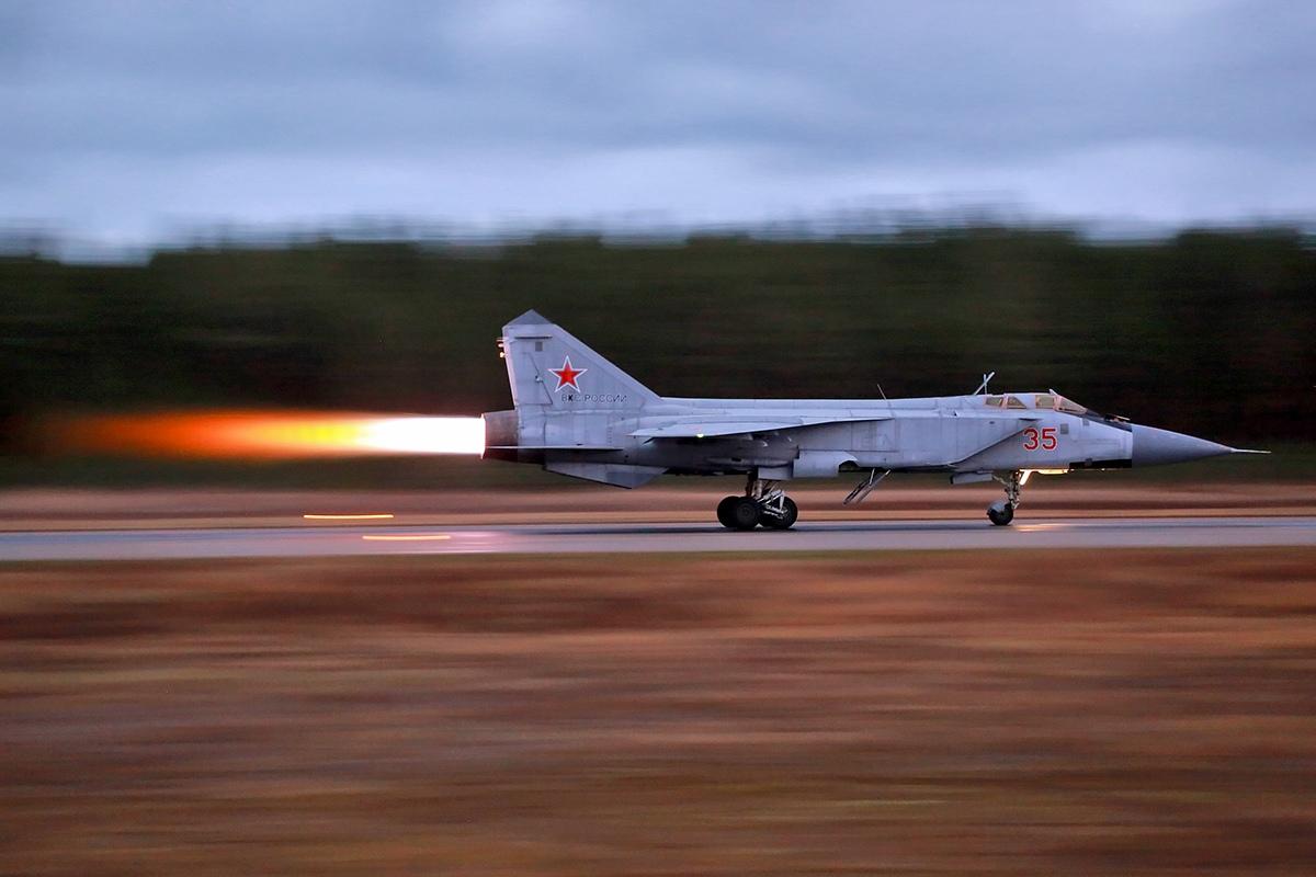 В Тверской области экипажи истребителей отработали полёты «по приборам» в плохую погоду - новости Афанасий