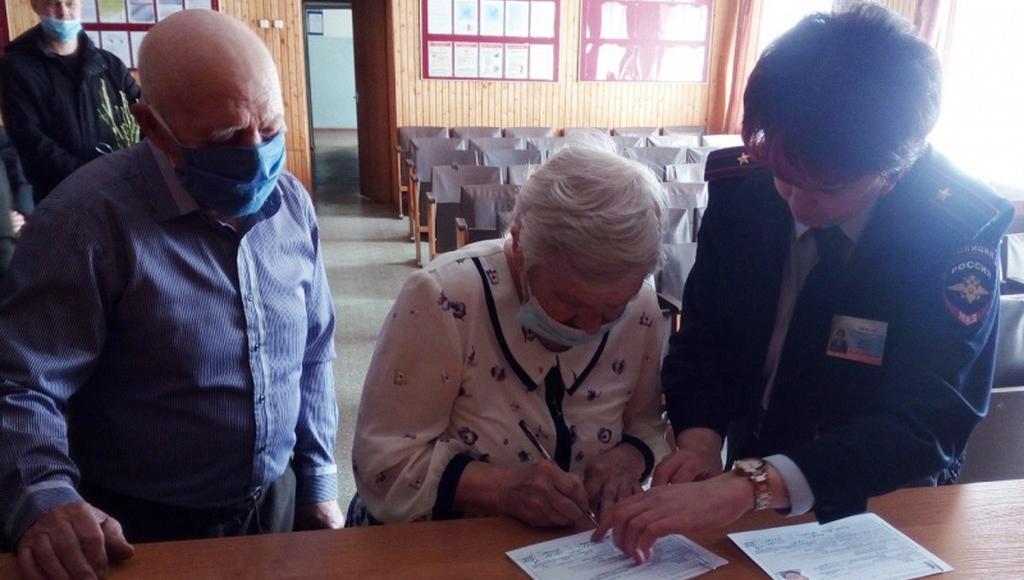 В Тверской области вручили паспорта граждан РФ пожилой паре из Луганска - новости Афанасий