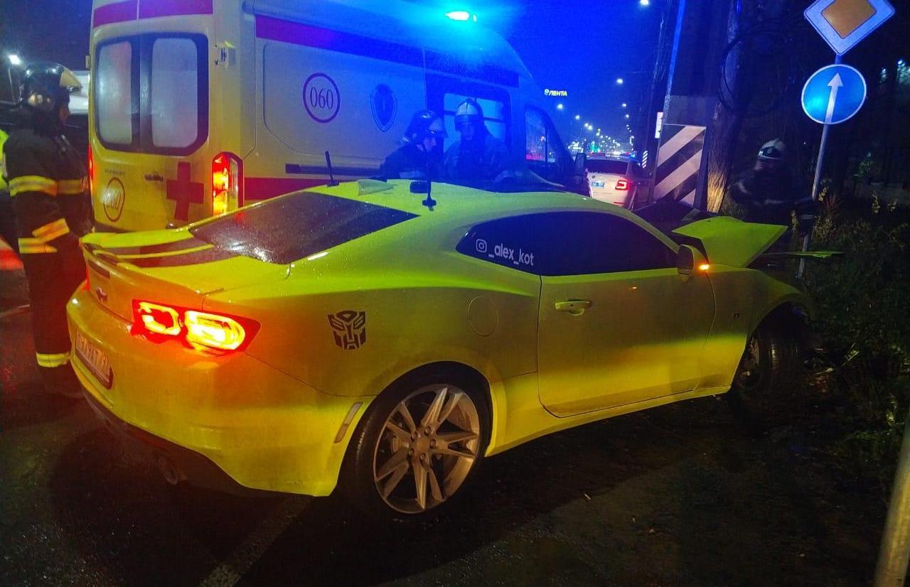 В Твери спорткар врезался в столб, пострадал водитель - новости Афанасий