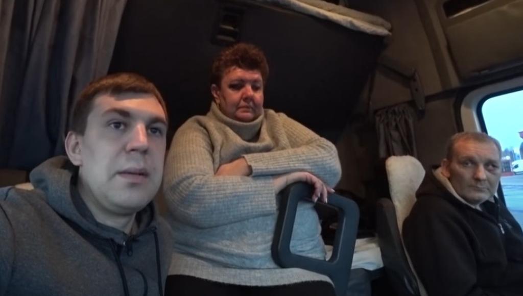 Российскую семью дальнобойщиков избили на трассе