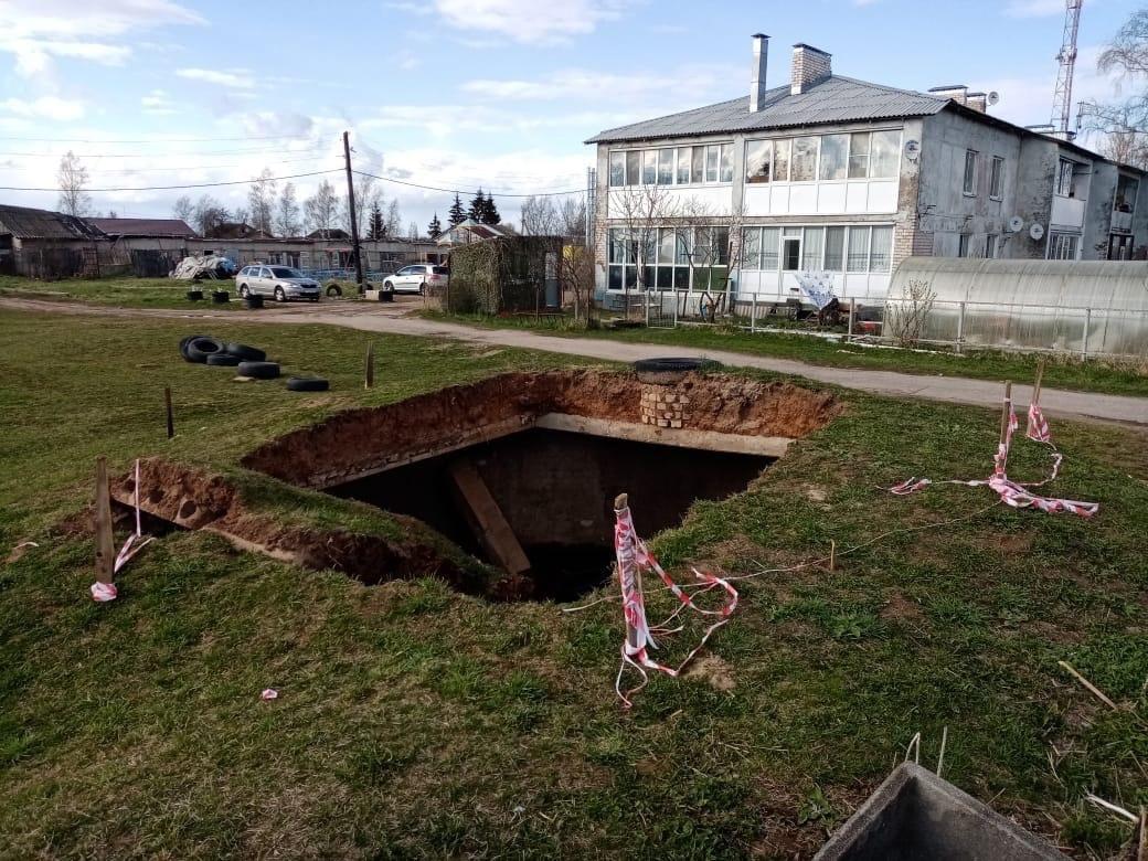 В деревне под Тверью обрушился пожарный резервуар, в него едва не упал ребенок