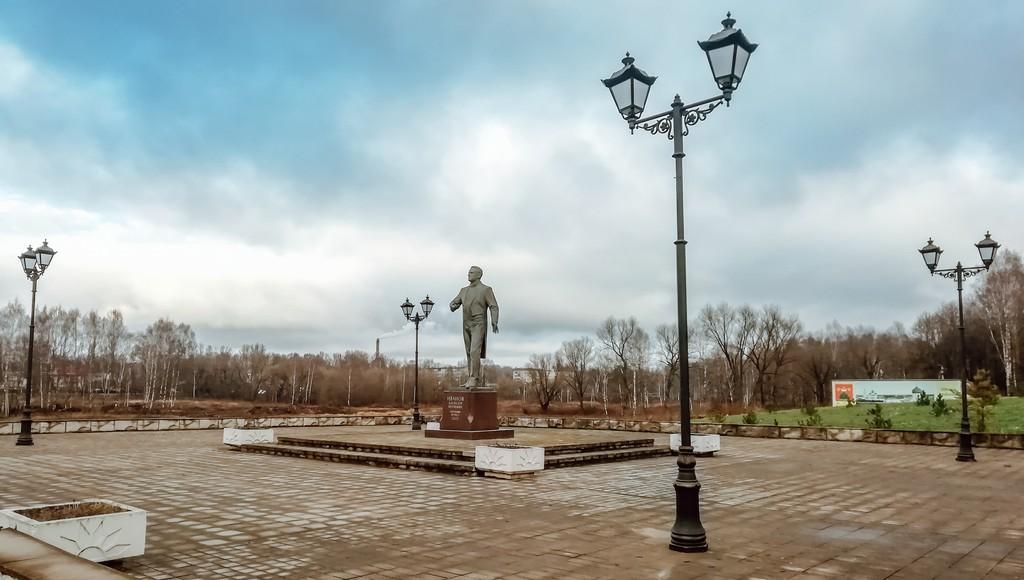 В Бежецке у памятника оперному певцу Алексею Иванову установили новые фонари - новости Афанасий