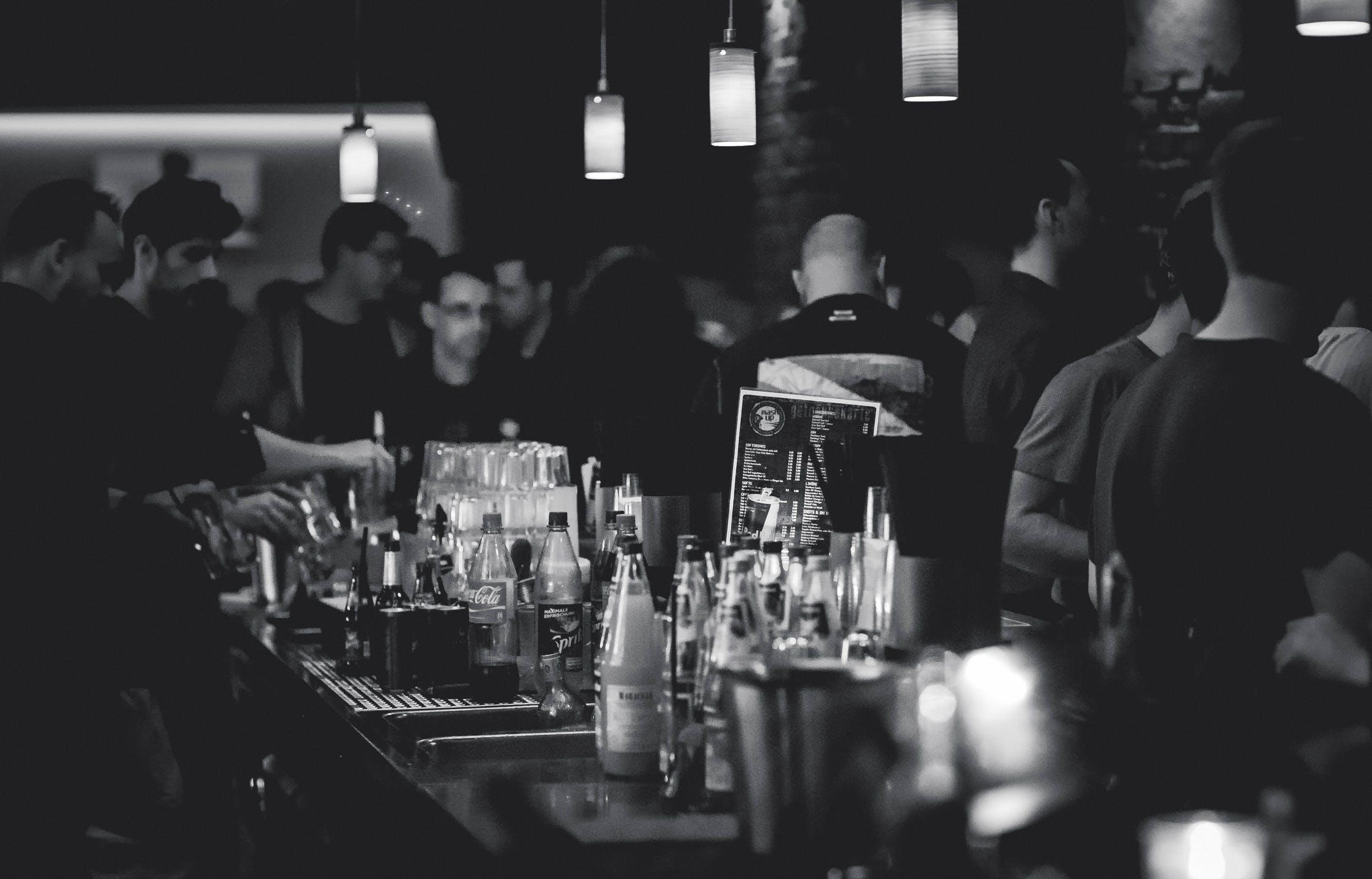 ВТБ: москвичи стали на 20% реже посещать бары и клубы - новости Афанасий
