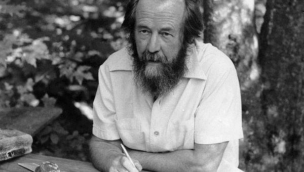 «Не хотелось, чтобы в Твери забыли про великого писателя». К 100-летию Солженицына нарисуют граффити с ним и будут на улице читать отрывки его произведений