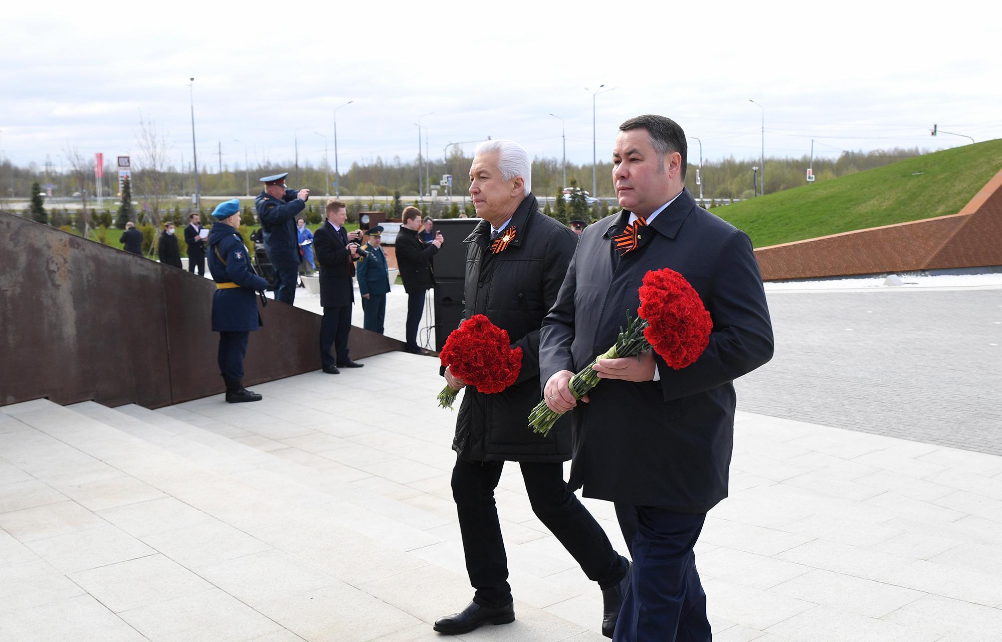 В Тверской области торжества в честь Дня Победы начались у Ржевского мемориала Советскому солдату