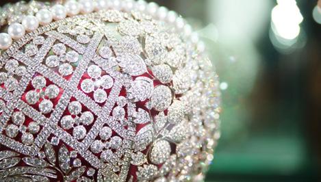 Реплику Большой императорской короны, украшенную тысячами бриллиантов, уже привезли в Тверь / фотоальбом