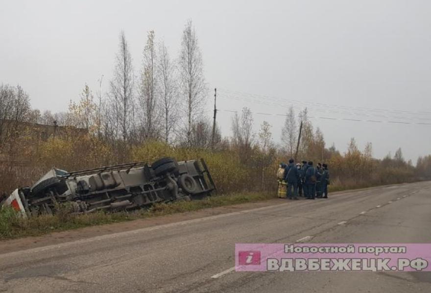 В Тверской области водитель грузовика уснул за рулем и опрокинул машину в кювет - новости Афанасий