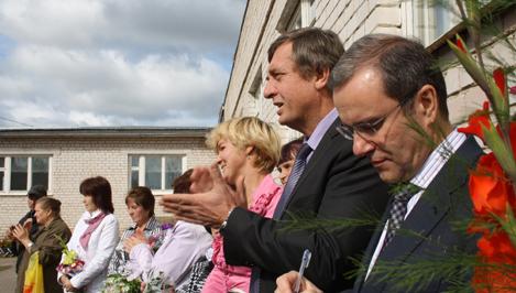 Дмитрий Зеленин подарил двум школам в Лихославльском районе столы для настольного тенниса и наборы для игры