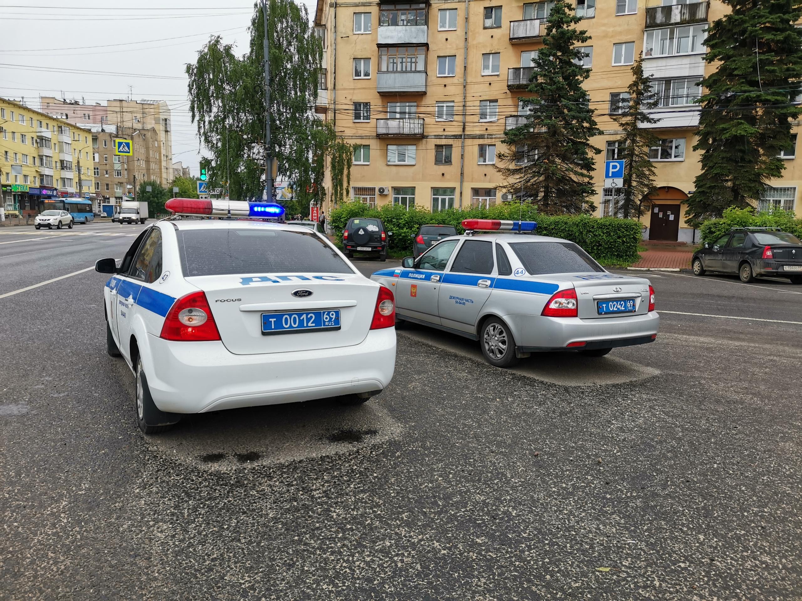 В Твери автоинспекторы наказали водителей, перевозивших маленьких пассажиров без детских кресел и дарили подарки соблюдающим ПДД - новости Афанасий