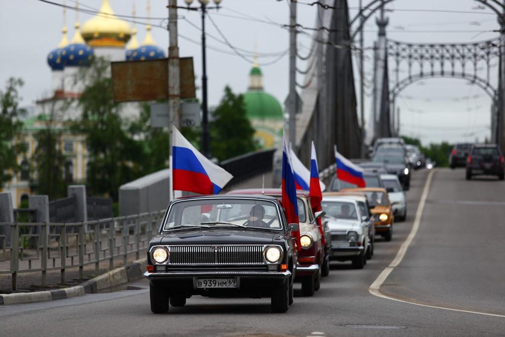 Ретроавтомобили проехали по Твери в День России