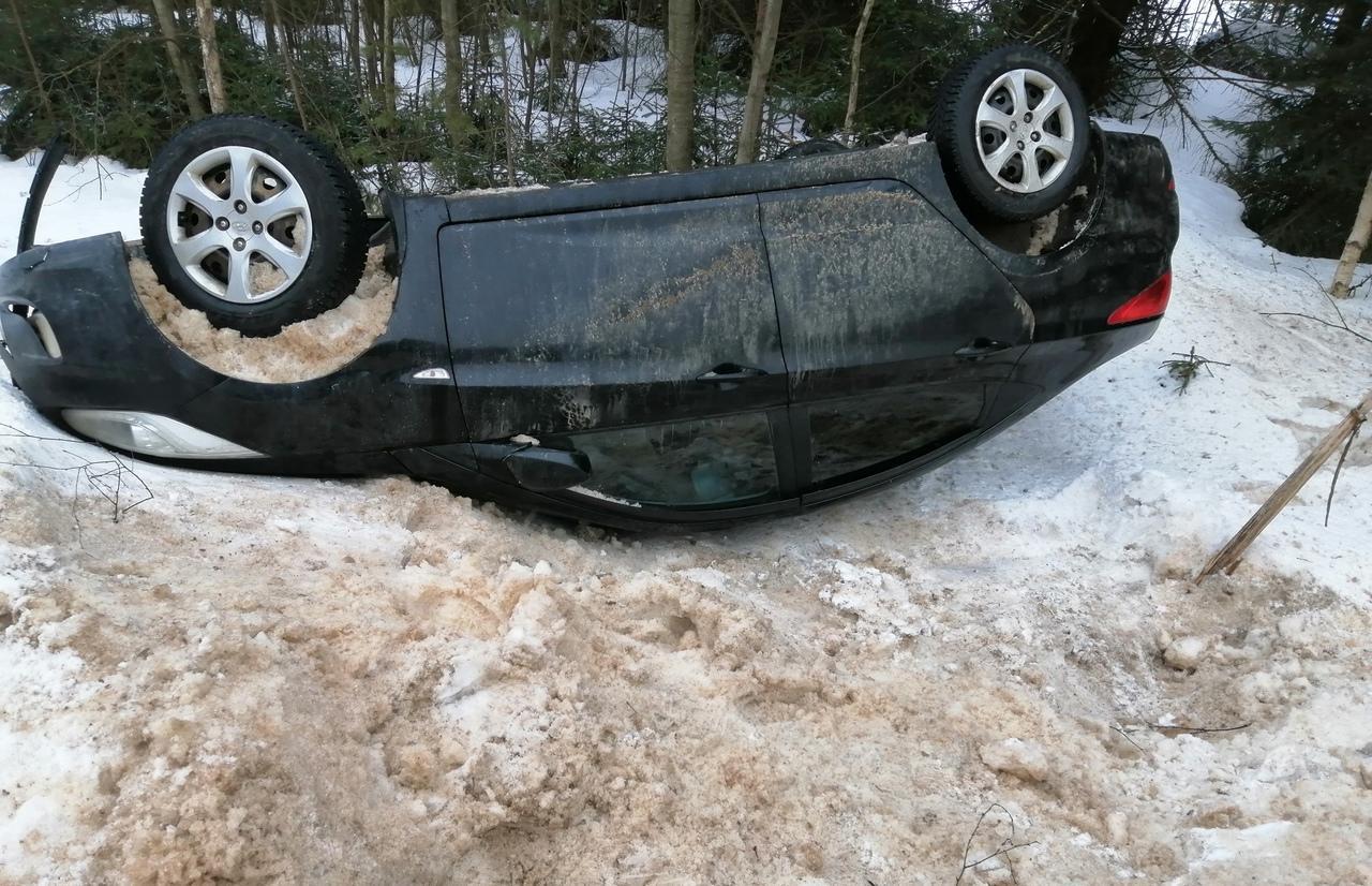 Автомобиль опрокинулся на бежецкой трассе в Тверской области  - новости Афанасий