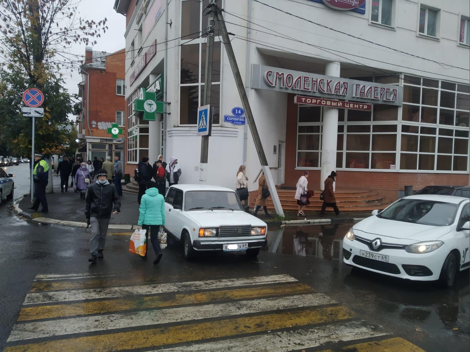 В Твери молодой водитель не справился с управлением и сбил стоявшую на тротуаре пенсионерку - новости Афанасий