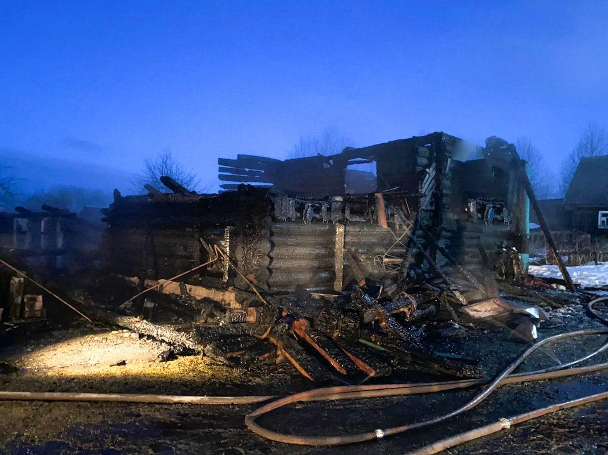 Пожилая женщина погибла в сгоревшем в Тверской области деревянном доме