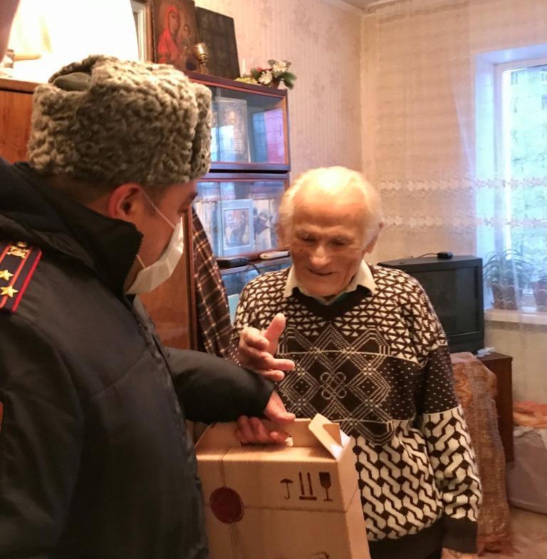 Сотрудники Росгвардии поздравили ветерана Великой Отечественной войны с Новым годом